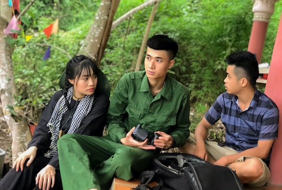Đạo diễn Kizzik (bìa phải) trao đổi cùng diễn viên Đức Ty - vai Kim Cương thời trẻ (người đồng đội đã hy sinh để ông Hùng được sống) và diễn viên Kim Chi (bìa trái) - vai nữ du kích - mối tình đầu đầy thơ mộng của ông Hùng