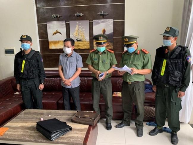 Cảnh sát thực hiện các thủ tục để khởi tố, bắt tạm giam đối tượng Trần Xuân Long. (Ảnh: thuathienhue.vn)