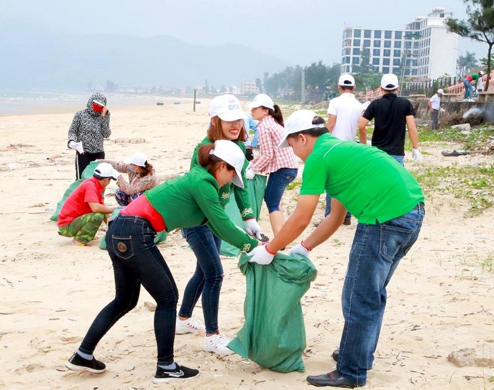 Cán bộ, nhân viên bia Huda thường xuyên tham gia làm sạch biển miền Trung trong thời điểm dịch COVID-19 chưa bùng phát.