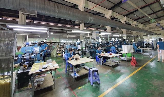 Mong muốn lớn nhất hiện nay của các doanh nghiệp là có nguồn vaccine để tiêm phòng cho người lao động. (Trong ảnh: Một doanh nghiệp tại quận Bình Tân sản xuất giãn cách trong mùa dịch bệnh)