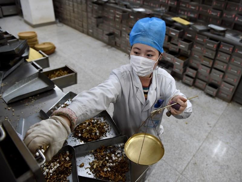 Trung Quốc từng bị chỉ trích vì quảng cáo thuốc y học cổ truyền giúp điều trị COVID-19