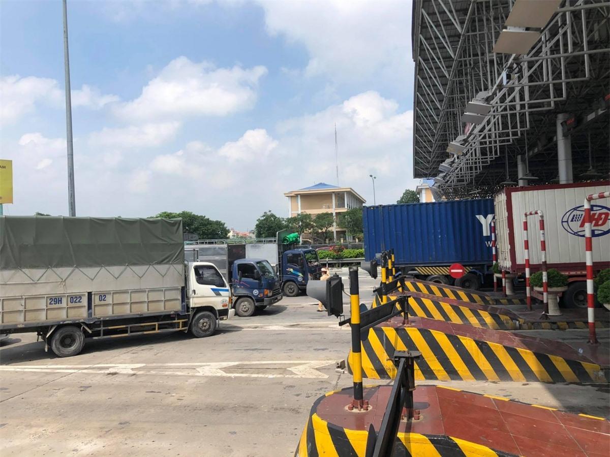 Tình trạng ùn tắc giao thông tại các trạm kiểm soát dịch Covid-19 tại Hà Nội.