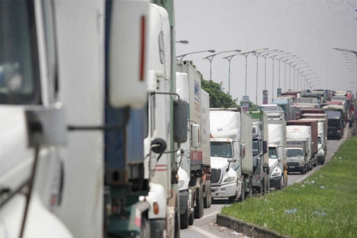Dòng ô tô ùn tắc nghiêm trọng, kéo dài khoảng 3 - 4kmtại chốt kiểm dịch cầu Phù Đổng (Hà Nội) trưa 25/7.