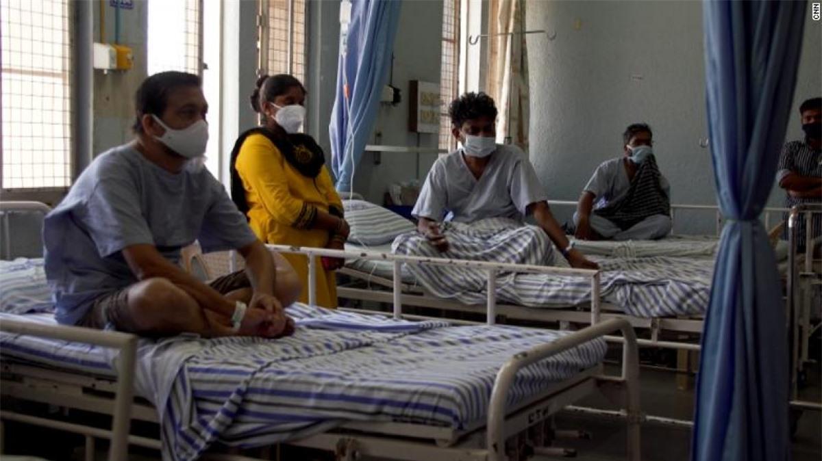 Hàng chục nghìn bệnh nhân Covid-19 khỏi bệnh ở Ấn Độ phải đối mặt với nguy cơ bị hủy hoại vĩnh viễn khuôn mặt, mất thị lực, thậm chí tử vong do nấm đen. Ảnh: CNN
