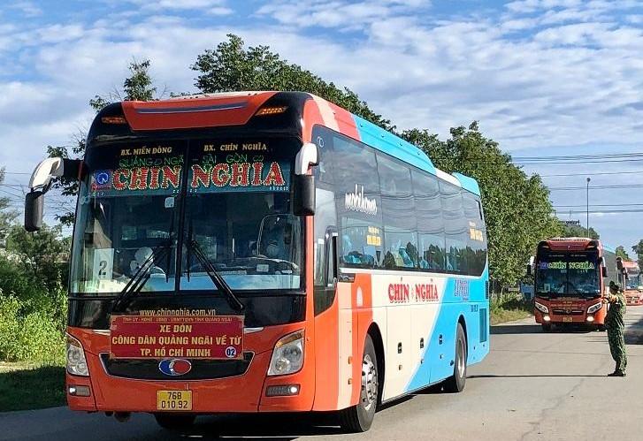 Đoàn xe ô tô chở 200 người dân Quảng Ngãi về từ TP.Hồ Chí Minh đã về đến Khu cách ly tập trung tại xã Bình Chánh, Bình Sơn