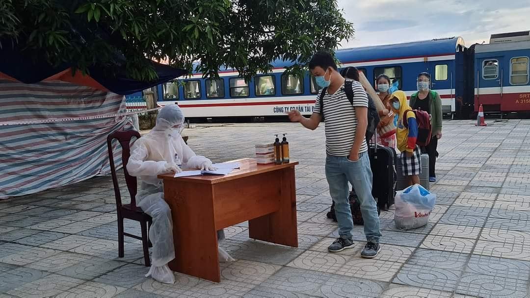 Công dân xuống tàu thực hiện khai báo y tế