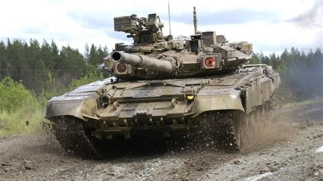 Nga bắt đầu trang bị tăng T-90A từ năm 2004. Tăng hạng nặng T-90A được thiết kế khá ấn tượng với hệ thống nạp đạn tự động, giáp phản ứng nổ, hệ thống phòng thủ chủ động, súng điều khiển từ xa... Cùng với đó là pháo chính với cỡ nòng 125mm. Tùy từng nhiệm vụ cụ thể, kíp lái có thể bắn tên lửa chống tăng với vệ tinh dẫn đường từ tháp pháo chính.
