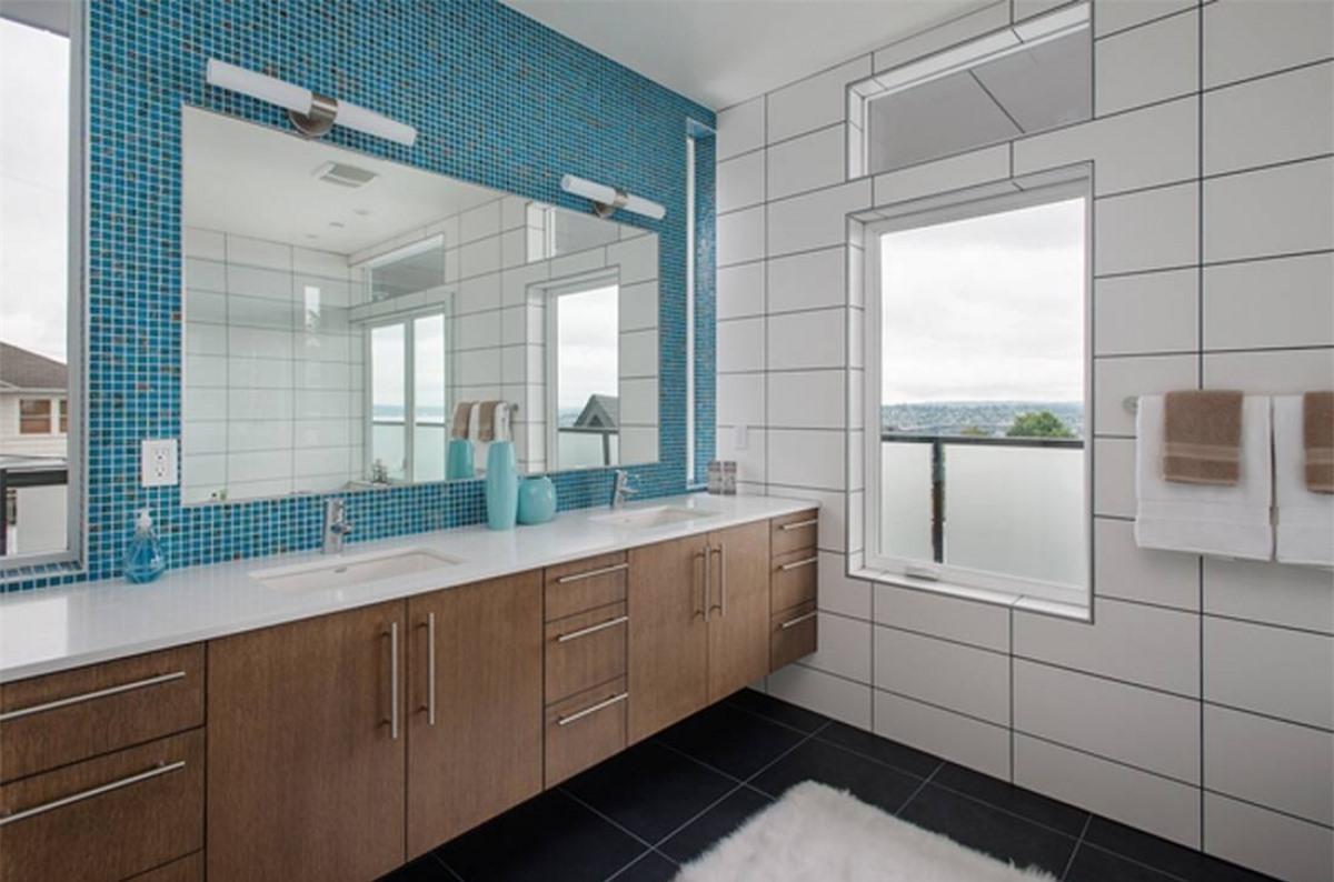 Có thể tạo điểm nhấn trong không gian tắm nhà mình bằng một bức tường đá có họa tiết hoa văn.