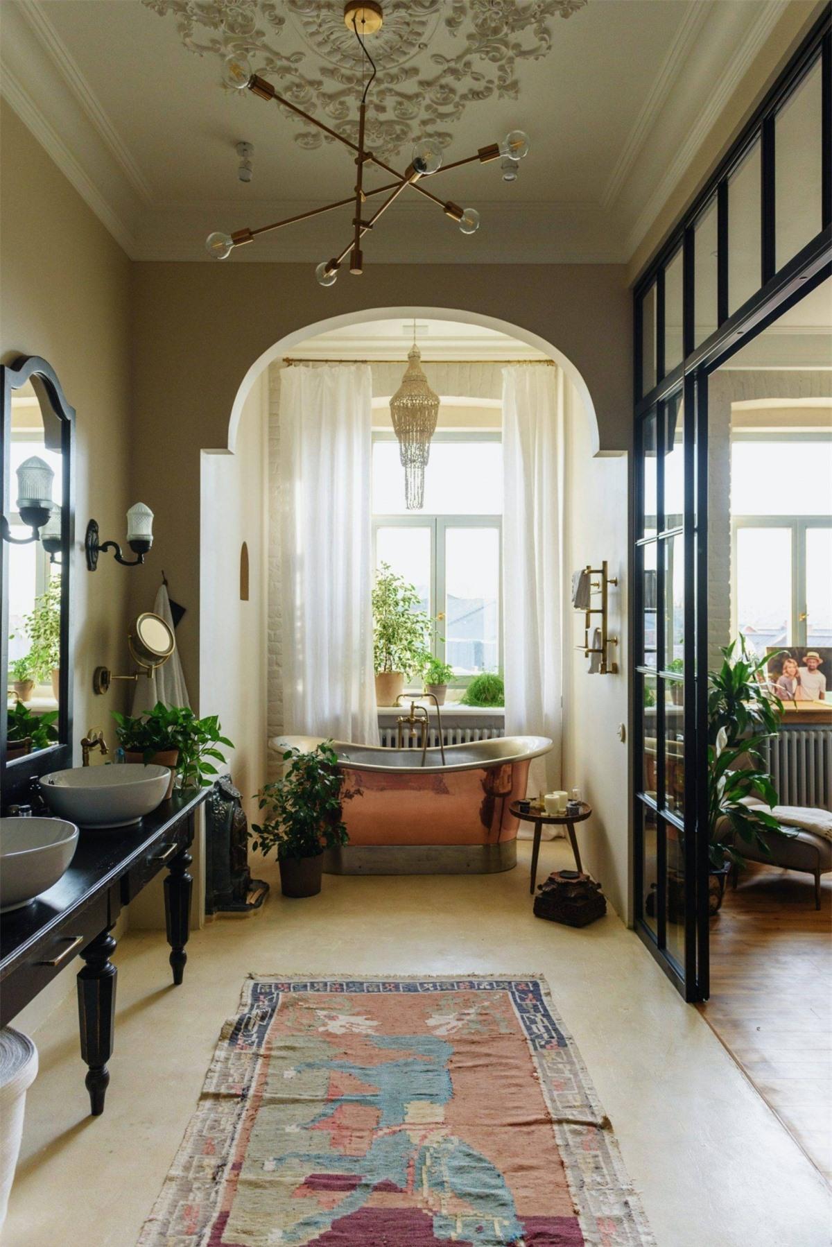 Nếu muốn tạo nên một bầu không khí tươi mới mỗi khi bước vào phòng tắm thì nên bố trí thêm một vài chậu cây xanh kết hợp cùng ánh sáng tự nhiên.