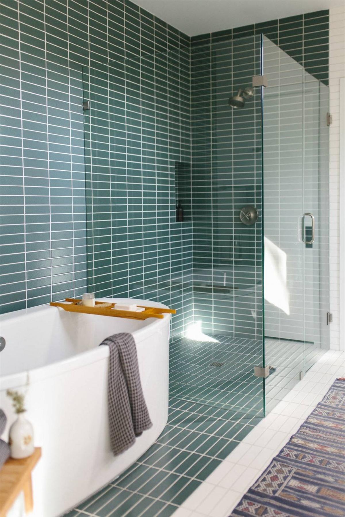 Không may căn phòng tắm nhà bạn có diện tích eo hẹp một chút thì đừng ngần ngại sử dụng vách kính, điều này sẽ tạo ảo giác căn phòng được rộng lớn hơn.