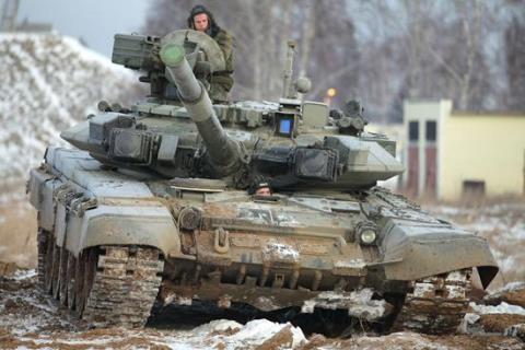 Trong giai đoạn năm 2013 - 2014, Mỹ đã chuyển giao tổng cộng 146 xe tăng M1A1 cho Sư đoàn 9, quân đội Iraq. Tuy nhiên, sau khi đi vào chiến đấu, các xe tăng này gần như không thể hiện được sức mạnh chiến đấu trong điều kiện đô thị, một số lượng lớn bị tên lửa của phiến quân phá hủy và bị thu làm chiến lợi phẩm. Trong khi đó, bị xếp vị trí bét bảng nhưng T-90A của Nga đã thể hiện thành tích chiến đấu khá ấn tượng