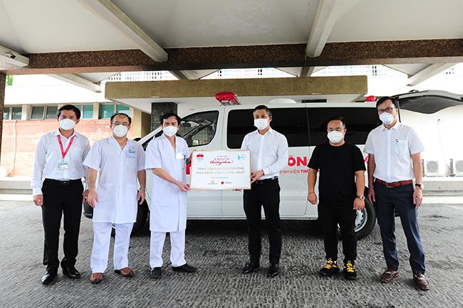 Ông Nguyễn Văn Cường – Phó Chủ tịch Tập đoàn Hưng Thịnh (thứ 3 từ phải sang) cùng đại diện các nhà tài trợ trao tặng 1 xe cứu thương cho BV Thống Nhất.