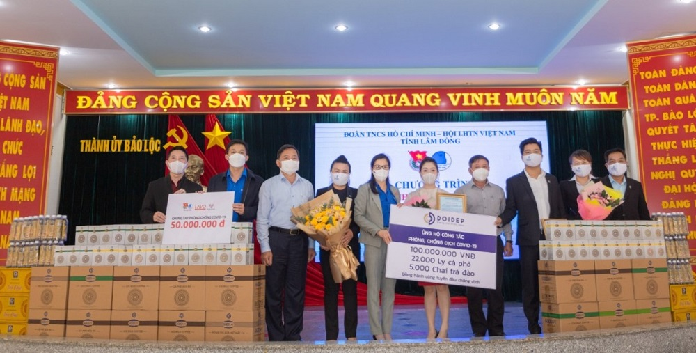 Nhiều doanh nghiệp trên địa bàn TP Bảo Lộc trao tặng kinh phí và hiện vật để hỗ trợ các lực lượng tuyến đầu phòng chống dịch.