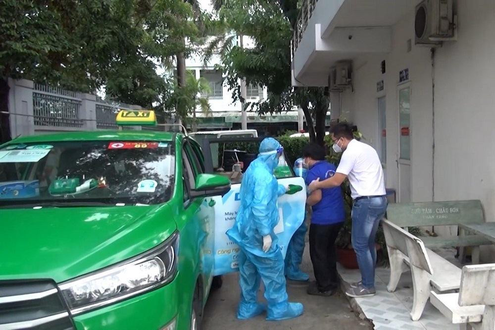 200 xe taxi của Tập đoàn Mai Linh thành xe vận chuyển bệnh nhân có nhân viên y tế đi kèm và các trang thiết bị y tế cơ bản, như: Bình oxy, mask thở, máy đo SpO2, kit xét nghiệm nhanh, để hỗ trợ vận chuyển cấp cứu chuyển viện tại TP Hồ Chí Minh và hoạt động 24/24.