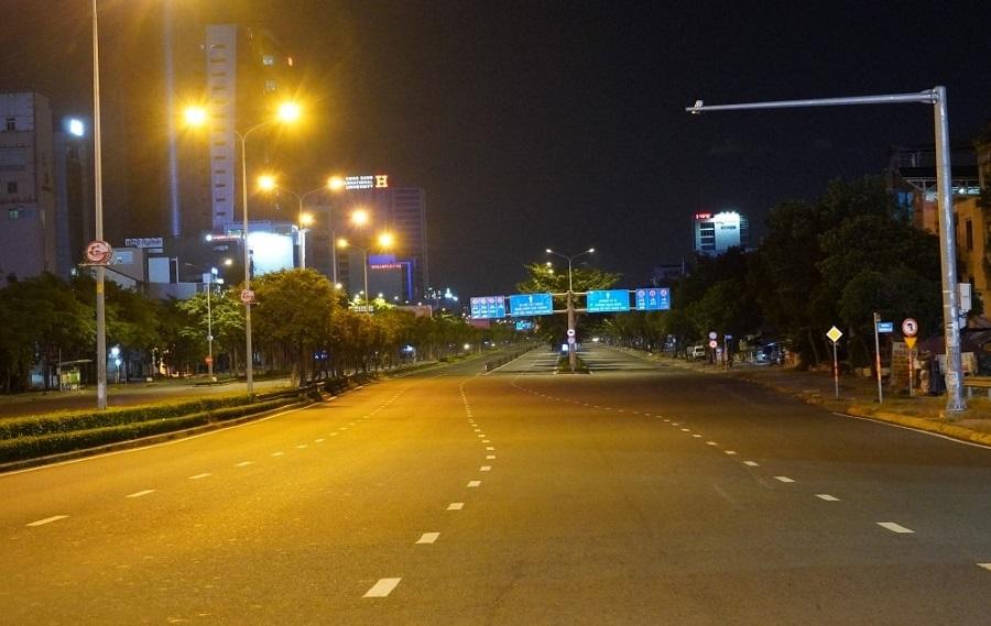 """Đường phố TP Hồ Chí Minh vắng vẻ trong đêm đầu thực hiện """"giờ giới nghiêm""""."""
