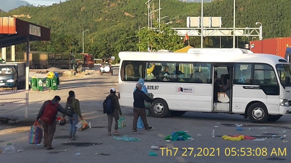 Người dân lên xe để được vận chuyển qua hầm Hải Vân.