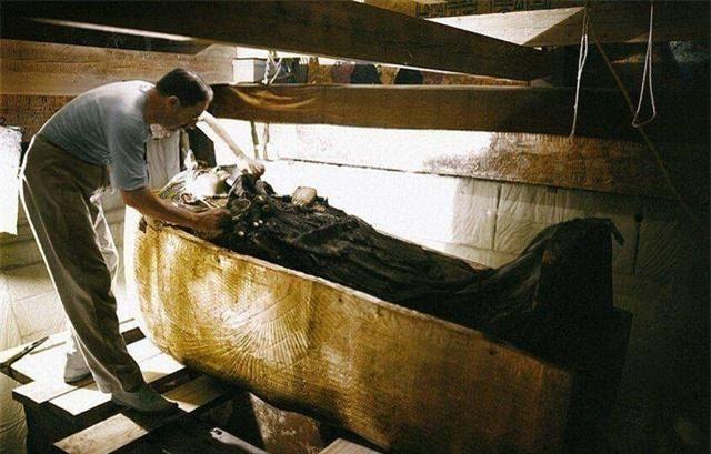 Kể từ khi quan tài của vị vua Ai Cập cổ đại được mở ra, thành viên đoàn khảo cổ lần lượt chết kỳ quái: Ám lời nguyền? - Ảnh 2.
