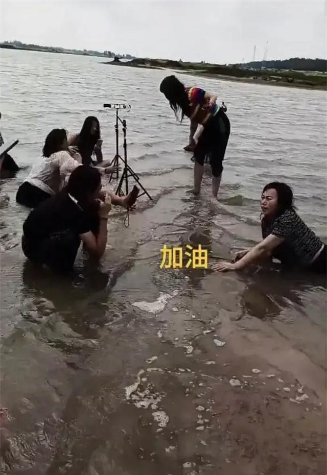Lăn lê trong hồ nước cạn để livestream giả vờ đang ở vùng mưa lũ, nhóm truyền thông bất lương nhận đủ gạch đá từ cư dân mạng - Ảnh 4.