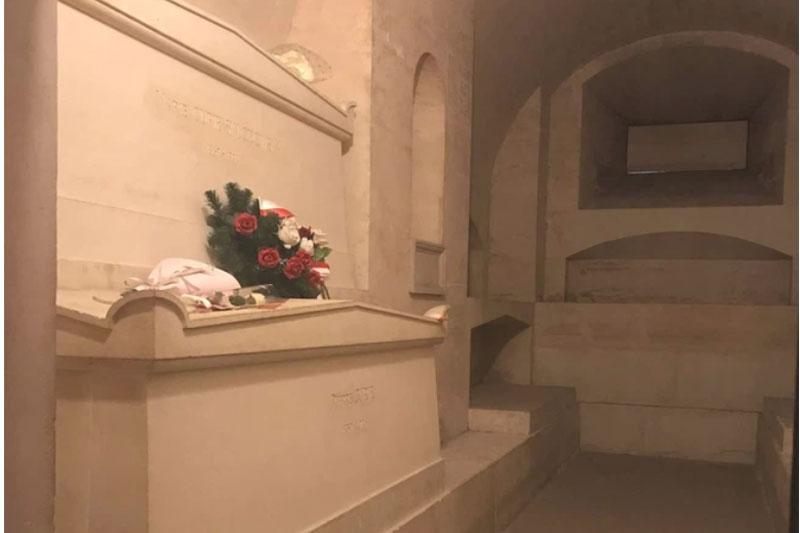 Ngôi mộ kỳ lạ của Marie Curie: Quan tài được lót lớp chì dày 2cm, bất kỳ ai đến thăm cũng phải mặc đồ bảo hộ