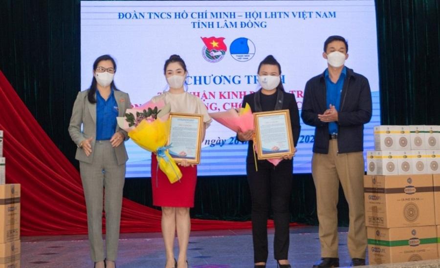Bí thư Tỉnh Đoàn Lâm Đồng Trần Thị Chúc Quỳnh tặng hoa và bằng tri ân các doanh nghiệp.