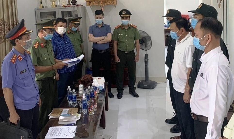 Cơ quan An ninh điều tra Công an tỉnh Thừa Thiên Huế đọc quyết định khởi tố vụ án, khởi tố bị can, bắt tạm giam Đỗ Chí Thành. (Ảnh: CACC)