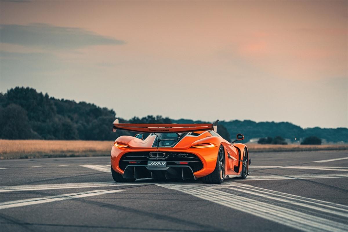 """""""Jesko là một chiếc xe có cảm giác lái rất tự nhiên. Bởi đó là vì sự chuyển số một cách liền mạch của nó, bất kể lên hay xuống, mọi thứ diễn ra nhanh hơn nhiều"""", Markus Lundh, tay lái thử của hãng chia sẻ."""