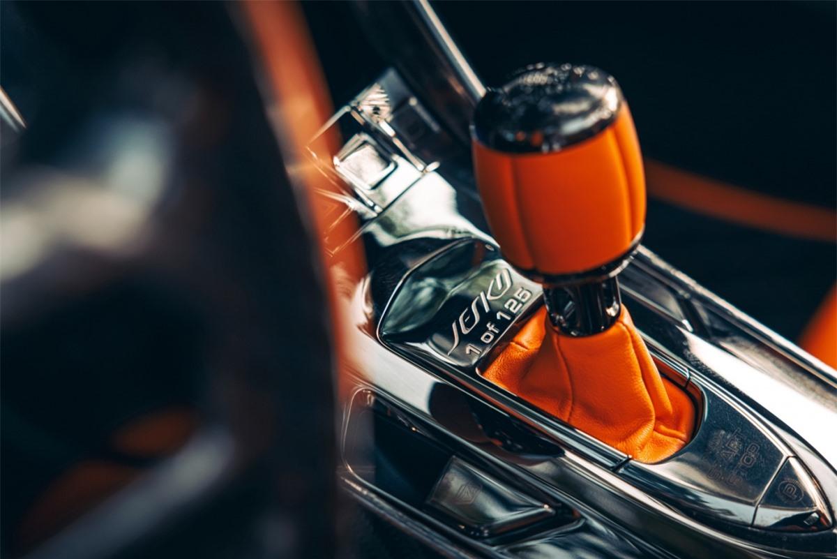 Koenigsegg Jesko sở hữu động cơ V8 5.0 lít tăng áp kép, sản sinh công suất cực đại 1.252 mã lực khi sử dụng xăng A98 và 1.578 mã lực khi sử dụng nhiên liệu sinh học E85 và mô-men xoắn cực đại 1.500 Nm.
