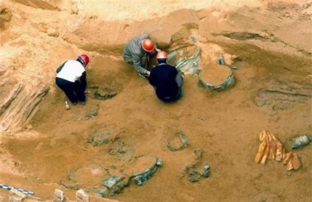 Lần lượt đào được 3 ngôi mộ cổ, dân làng đòi đốt để tránh xui xẻo, chuyên gia lao vào can ngăn: 500 triệu NDT được cứu! - Ảnh 1.