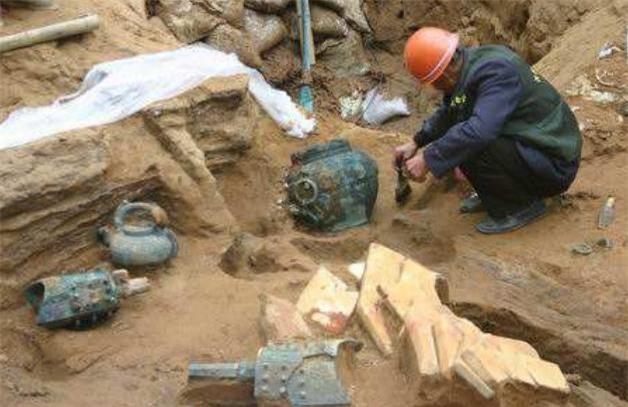 Lần lượt đào được 3 ngôi mộ cổ, dân làng đòi đốt để tránh xui xẻo, chuyên gia lao vào can ngăn: 500 triệu NDT được cứu! - Ảnh 2.