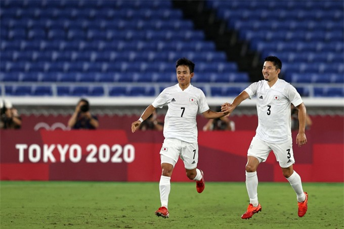 Kubo (trái) ghi bàn mở tỷ số trận U23 Pháp vs U23 Nhật Bản