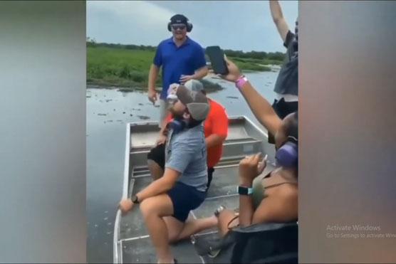 Ngồi trên thuyền mà thèm nhậu, anh chàng 'mượn hàm cá sấu' làm đồ khui bia khiến người xem hú vía