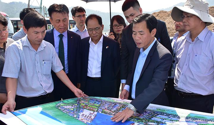 Chủ tịch UBND tỉnh Thừa Thiên Huế Nguyễn Văn Phương giới thiệu tiềm năng, thế mạnh của Cảng Chân Mây cho các nhà đầu tư Hàn Quốc.