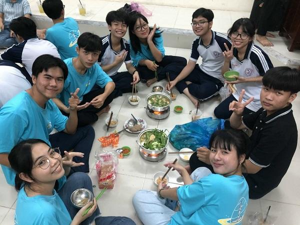 Trường THPT Trung An tổ chức nấu cơm trưa cho học sinh tại trường để các em có nhiều thời gian nghỉ ngơi hơn (Ảnh: NVCC).