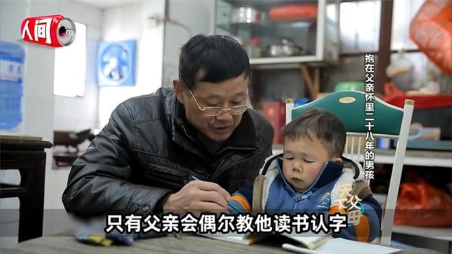 Cậu bé mắc bệnh lạ chỉ cao 68cm do ngừng phát triển từ năm 1 tuổi gây xúc động với cuộc sống và diện mạo hiện tại sau hơn 30 năm  - Ảnh 3.