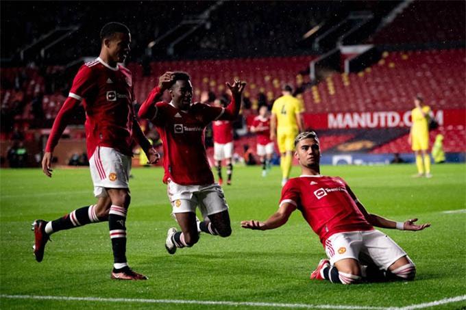 Andreas Pereira có bàn thắng đẹp mắt vào lưới Brentford