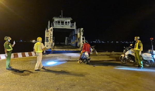 Lực lượng CSGT-TT Công an huyện Phú Tân dẫn đường cho 4 người trên đến bến phà Năng Gù, xuống phà qua bờ huyện Châu Phú để về nhà.