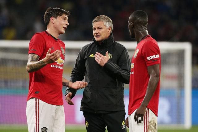 Man United: Lindelof, Bailly và Jones nhận tin xấu