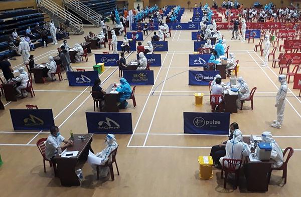 Ngày 29/7, tại Cung thể thao Tiên Sơn, ngành y tế Đà Nẵng bắt đầu triển khai kế hoạch tiêm 33.600 liều vaccine Moderna mũi 1