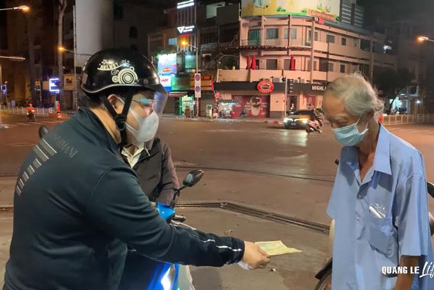 Quang Lê: Sáng nấu cơm từ thiện, tối đi tặng tiền cho người vô gia cư