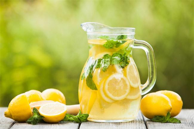 7 lợi ích của việc uống nước chanh mỗi ngày và một số lưu ý về sức khỏe - Ảnh 2.