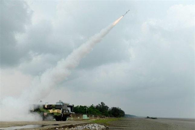 Ấn Độ khoe tên lửa đất-đối-không và tên lửa chống tăng nội địa mới ảnh 2