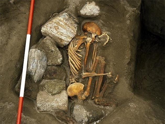 Phát hiện xác ướp 3.000 năm tuổi co quắp như bào thai dưới ngôi nhà cổ, các nhà khảo cổ mang về nghiên cứu rồi bàng hoàng biết được sự thật về 6 mạng người - Ảnh 1.