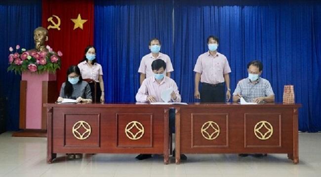 NHCSXH chi nhánh Khánh Hoà và 2 doanh nghiệp ký kết hợp đồng tín dụng giải ngân cho vay trả lương cho người lao động.