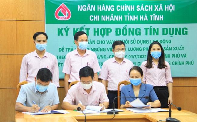 NHCSXH tỉnh Hà Tĩnh và Công ty TNHH Tâm Sinh Lộc, Công ty CP Tư vấn và Xây dựng Hà Tĩnh ký kết hợp đồng tín dụng trả lương ngừng việc cho người lao động.