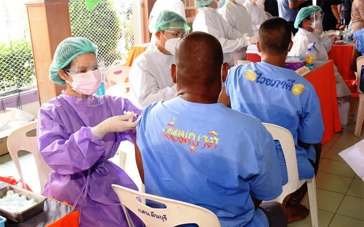 Tiêm vaccine Covid-19 cho tù nhân ở Thái Lan. Ảnh:AFP.