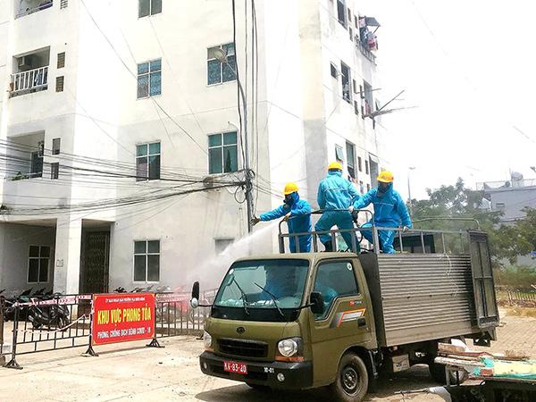 Phun thuốc khử khuẩn trên địa bàn phường Nạ Hiên Đông, điểm nóng có nhiều ca dương tính liên quan chuỗi lây nhiễm cảng cá Thọ Quang
