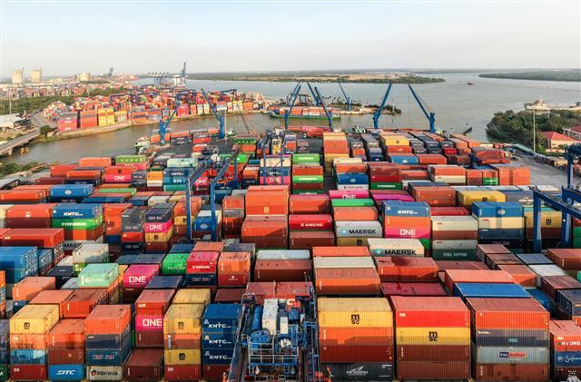 Doanh nghiệp chậm nhận hàng, khiến lượng container hàng nhập tồn bãi tại cảng Cát Lái đang tăng nhanh thời gian qua.