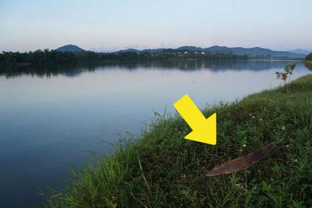 Dân làng tìm thấy lưỡi dao han gỉ bên sông, định vứt đi thì chuyên gia đã can: Nó có thể thay đổi lịch sử đấy!
