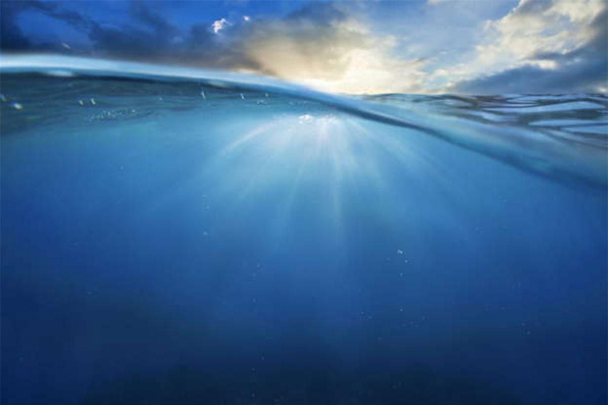Thuyết Biển sâu: Các nhà khoa học đã phát hiện ra những đại dương nằm dưới lớp băng dày trên một vài mặt trăng của sao Thổ và sao Mộc. Sự sống, về lý thuyết, có thể tồn tại ở những đại dương này nhưng thậm chí nếu tiến hóa để trở nên thông minh hơn, chúng sẽ đối mặt với những trở ngại to lớn để tới được bề mặt của hành tinh, chứ chưa nói gửi tới tín hiệu cho chúng ta.