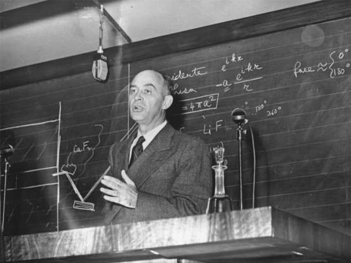 Nghịch lý Fermi: Nhà vật lý học người Mỹ gốc Italy Enrico Fermi vào đầu thế kỷ 20 đã đưa ra một nghịch lý còn nổi tiếng cho tới ngày nay về sự sống ngoài Trái Đất. Theo đó, nghịch lý này là sự trái ngược rõ ràng giữa những ước tính cao về khả năng tồn tại của các nền văn minh ngoài Trái Đất với sự thiếu hụt các bằng chứng hay sự liên hệ với những nền văn minh đó.